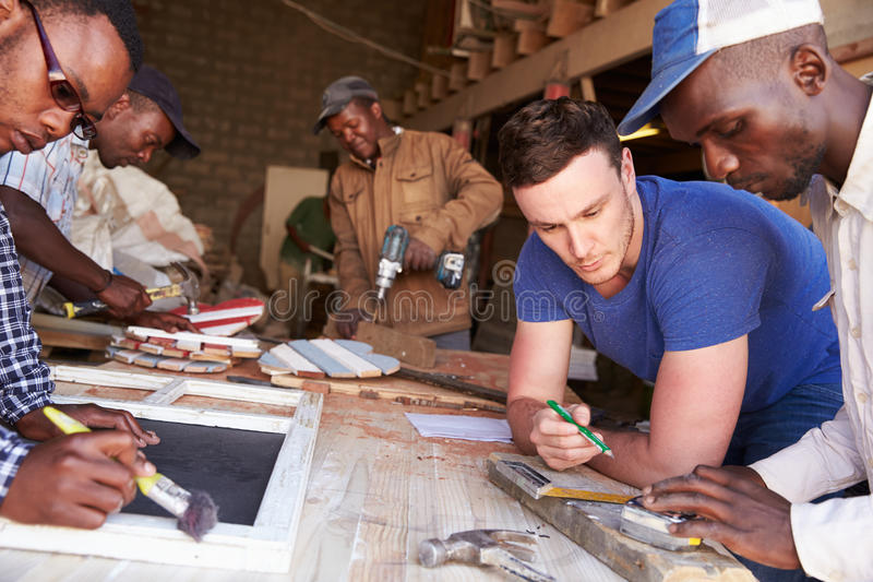 Männer bei der Arbeit in einer Zimmereiwerkstatt, Südafrika, Abschluss oben lizenzfreie stockbilder