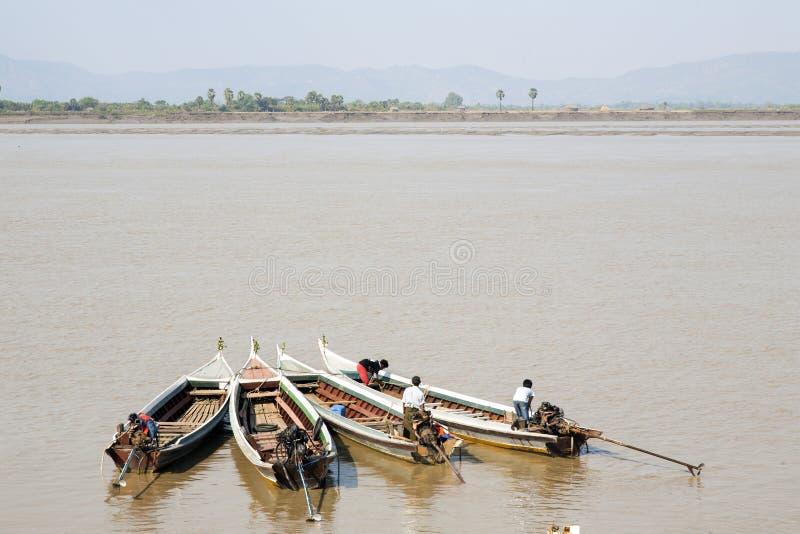 Vier kleine Boote auf Myanmar lizenzfreie stockbilder