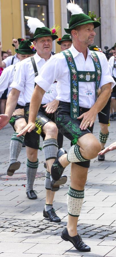 2018: Männer in den typischen bayerischen ledernen Hosen, die an dem Schwulenparade-alias Christopher Street Day CSD in München,  stockfotografie
