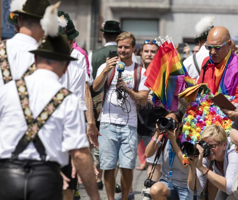 2018: Männer in den typischen bayerischen ledernen Hosen, die an dem Schwulenparade-alias Christopher Street Day CSD in München,  stockbilder