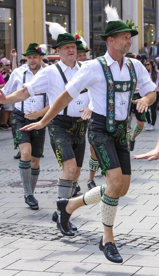 2018: Männer in den typischen bayerischen ledernen Hosen, die an dem Schwulenparade-alias Christopher Street Day CSD in München,  lizenzfreie stockfotos
