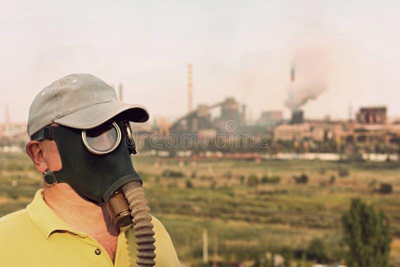 Männer in der Gasmaske und der Kappe auf industrieller Fabrik und Pfeife b stockfoto