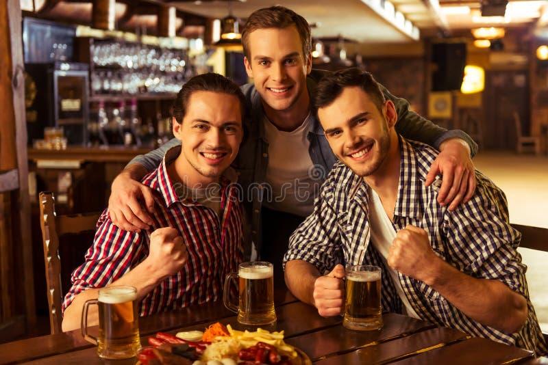 Männer in der Kneipe stockfoto