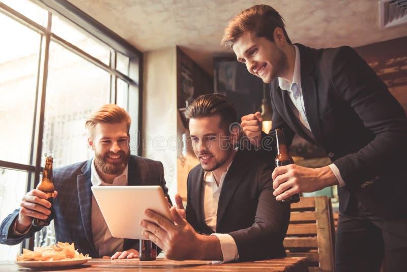 Männer an der Kneipe stockfoto