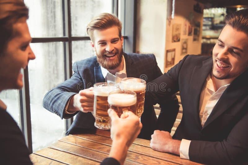 Männer an der Kneipe lizenzfreie stockfotos
