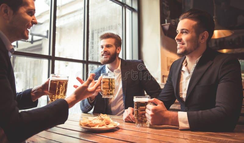 Männer an der Kneipe stockbild