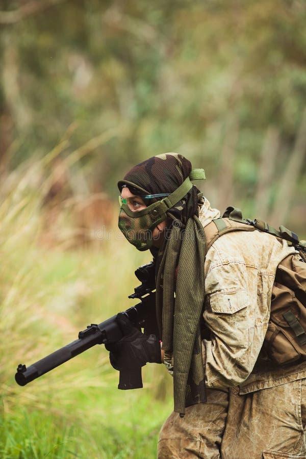 Männer in der Militäruniform mit Waffe stockbild