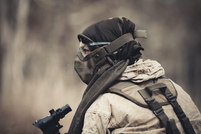 Männer in der Militäruniform mit Waffe stockfoto