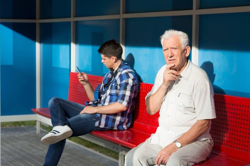 Männer, die auf Bus warten lizenzfreie stockfotografie