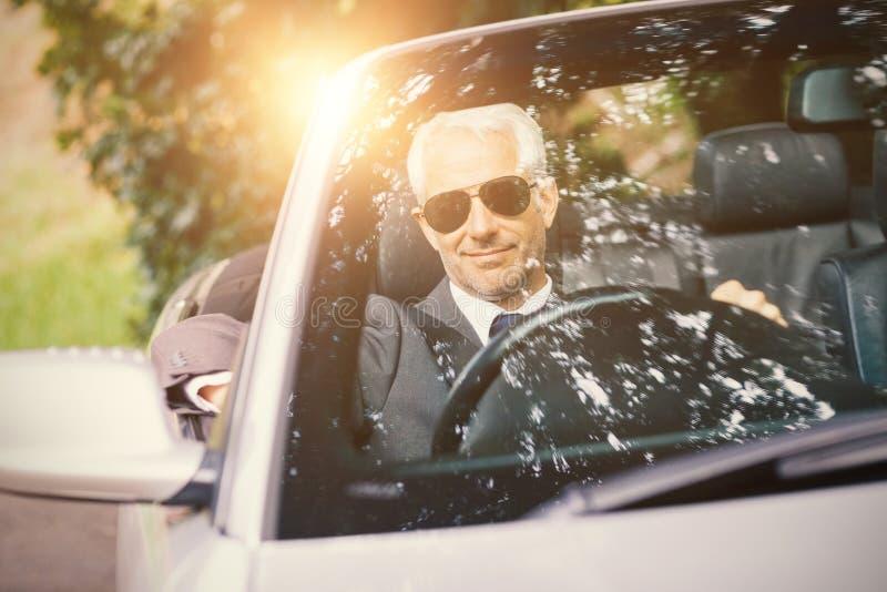 Männer, die ein Auto antreiben stockbild