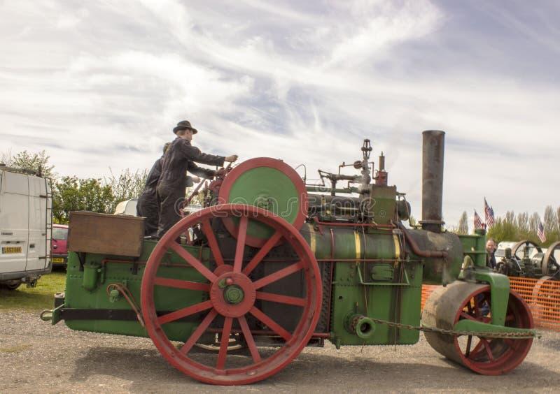 Männer, die eine Dampfmaschine an einer Dampfsammlung fahren lizenzfreie stockfotografie