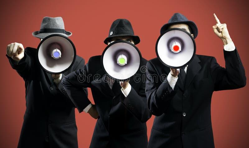 Männer, die in einem Megaphon schreien stockfoto