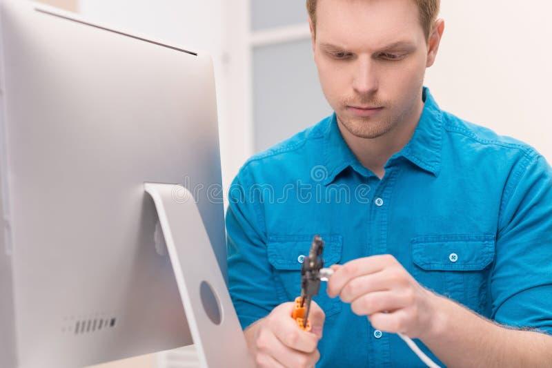 Männer, die Fernsehkabel reparieren. stockfotografie