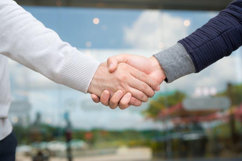 Männer, die Hände rütteln Überzeugter Geschäftsmann, der Hände rüttelt stockfotos