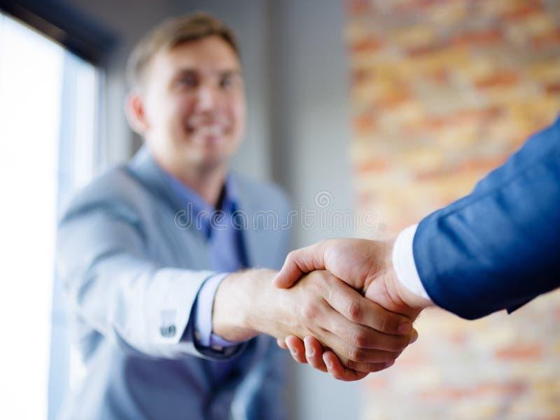 Männer, die Hände rütteln Überzeugter Geschäftsmann, der Hände mit einander rüttelt lizenzfreies stockbild
