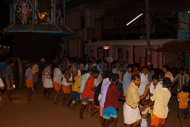 Männer, die kleines Ratha Chariot-Festival Gokarna ziehen stockfoto