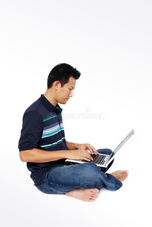 Männer, die mit Laptop sitzen lizenzfreie stockbilder
