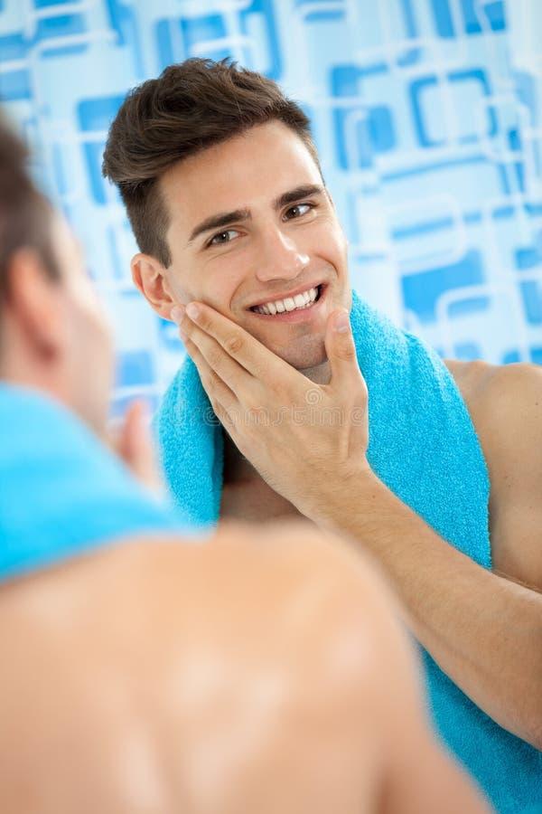 Männer, die seine weiche Backe berühren lizenzfreies stockbild