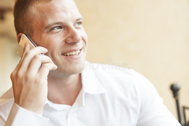 Männer, die über smartphone sprechen lizenzfreies stockfoto