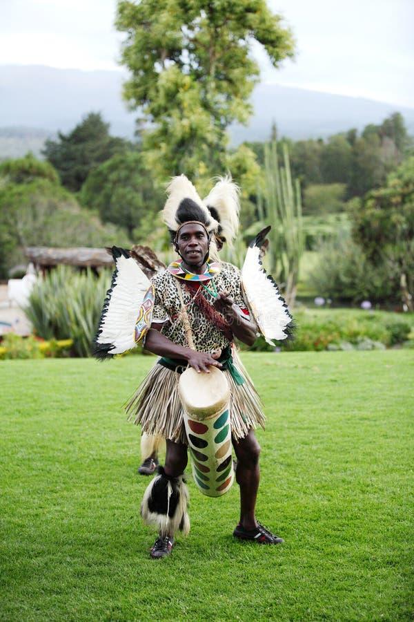 Männer, die Trommel, afrikanischen traditionellen Volkstanz spielen lizenzfreie stockbilder