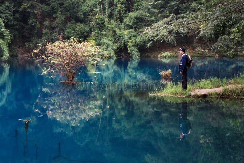 Männer durch den See, LiBo, China stockfotos
