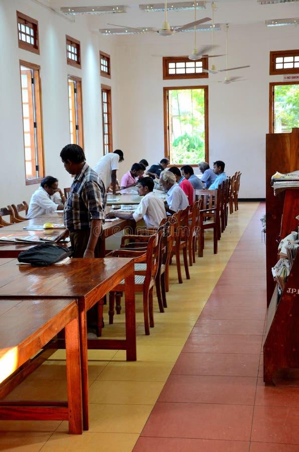 Männer lasen Zeitschriftenzeitungen in männlicher Lesesaal Jaffna-öffentlicher Bibliothek Jaffna Sri Lanka stockfotografie