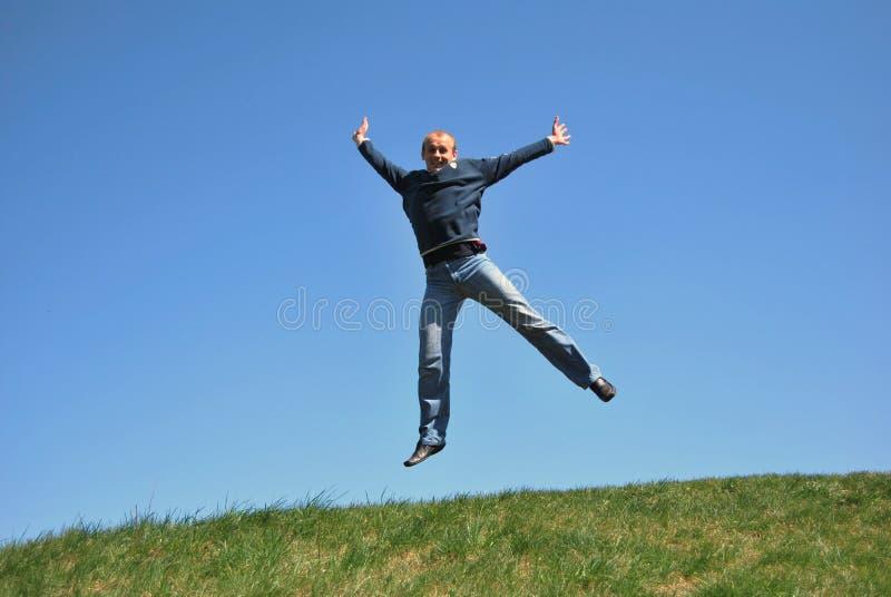 Männer mit dem Überspringen lizenzfreies stockbild