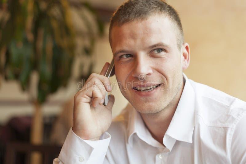 Männer, die über smartphone sprechen stockfotos