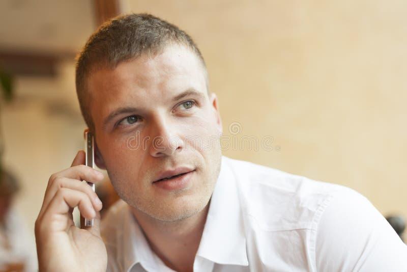 Männer, die über smartphone sprechen lizenzfreie stockfotos