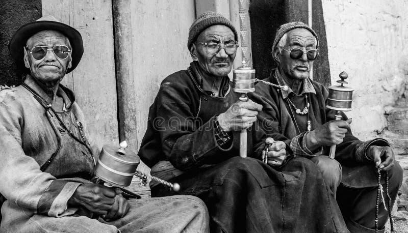 Männer mit Gebets-Rädern, Ladakh, Indien lizenzfreie stockbilder