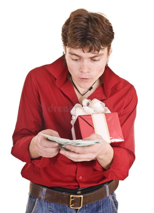 Männer mit Geld- und Geschenkkasten. lizenzfreies stockfoto