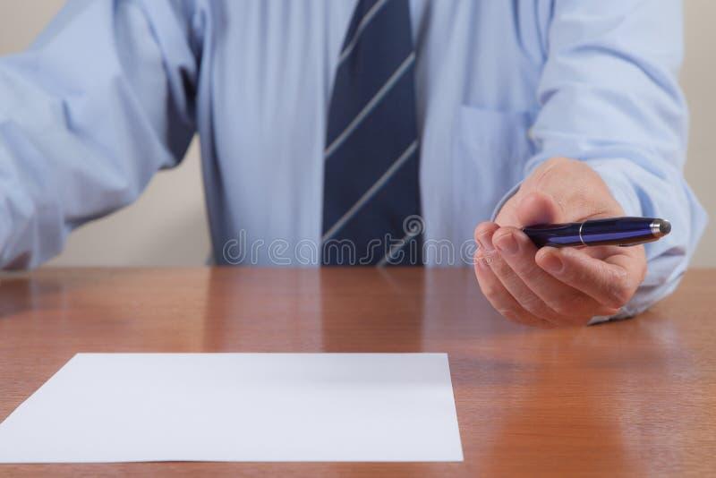 Männer Mit Stift Und Blatt Lizenzfreies Stockfoto