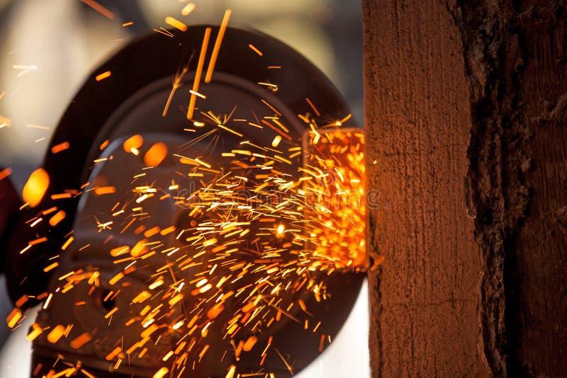 Männer an reibendem Stahl der Arbeit stockfoto