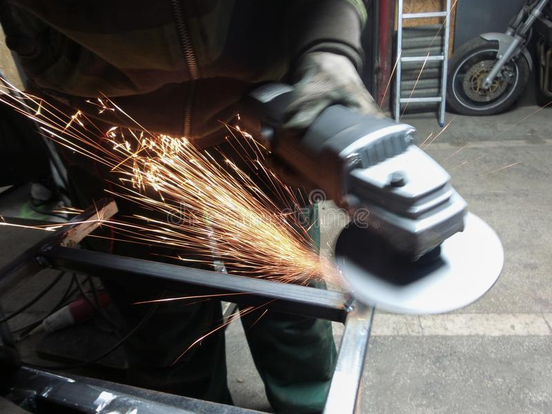 Männer an reibendem Stahl der Arbeit lizenzfreies stockbild