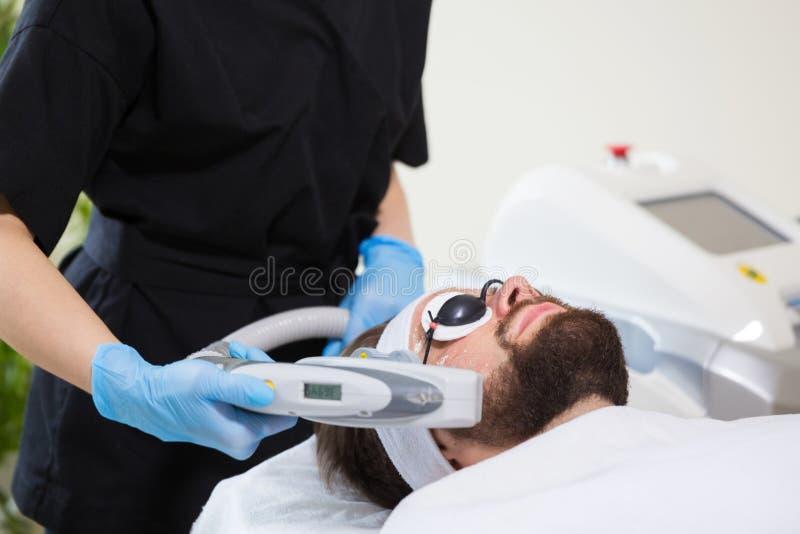 Männer ` s Antialtern-Laser-Therapie lizenzfreie stockfotos