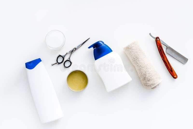Männer ` s Badezimmersatz Kosmetik für Bad, Werkzeuge für das Bürsten und das Pflegen auf Draufsicht des weißen Hintergrundes stockbild