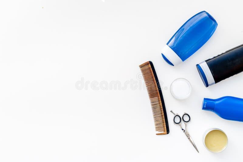 Männer ` s Badezimmersatz Kosmetik und Werkzeuge für Körper und Haarpflege auf weißem Draufsichtraum des Hintergrundes für Text lizenzfreies stockbild