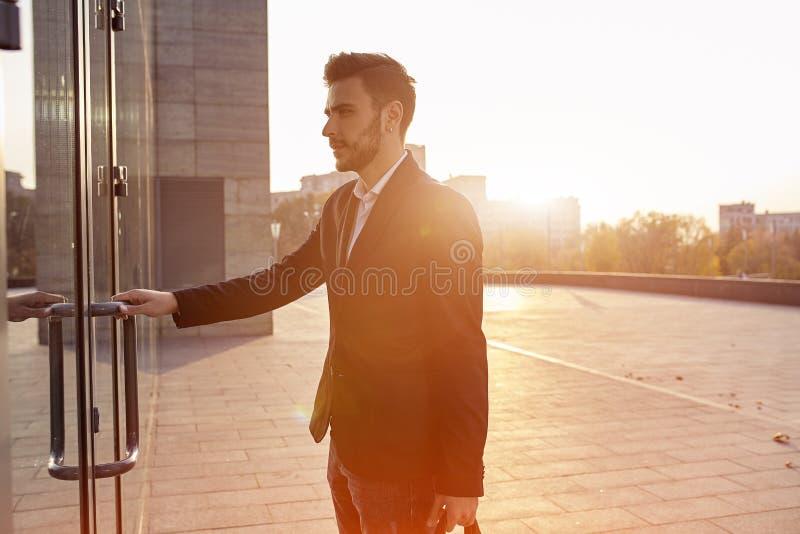 Männer ` s Mode Ein junger männlicher Geschäftsmann lizenzfreie stockfotos