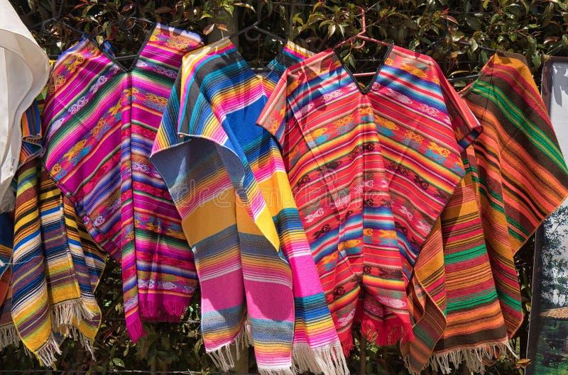Männer ` s Ponchos in Kolumbien stockfotos