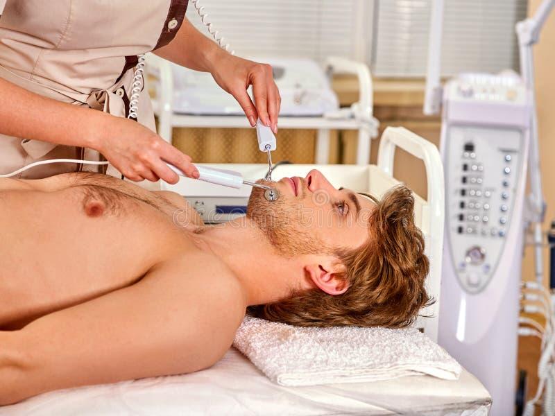Männer ` s Schönheitsbehandlungen Gesichtsmassagesalon Elektrostimulationshautpflege stockbilder
