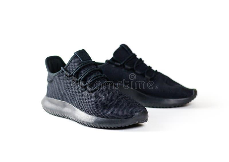 Männer ` s Schwarzes trägt Schuhe zur Schau Für Sport Lokalisiert auf weißem backgrou lizenzfreies stockfoto