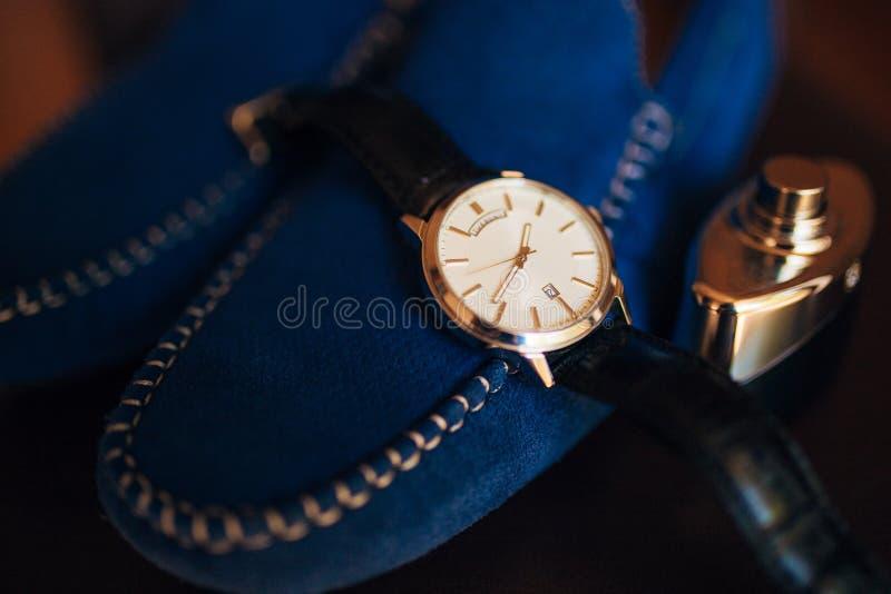 Männer ` s Zubehör: Männer ` s Schmetterling, Schuhe, Uhren lizenzfreie stockfotos