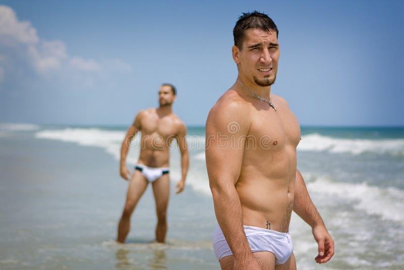 Männer am Strand stockbild