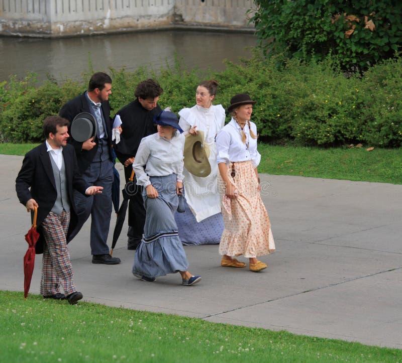 Männer und Frauen in den Zeitraum-Kostümen stockfotografie