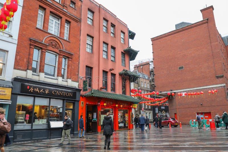 Männer und Frauen, die in Straßen in China-Stadt in London gehen stockfotos