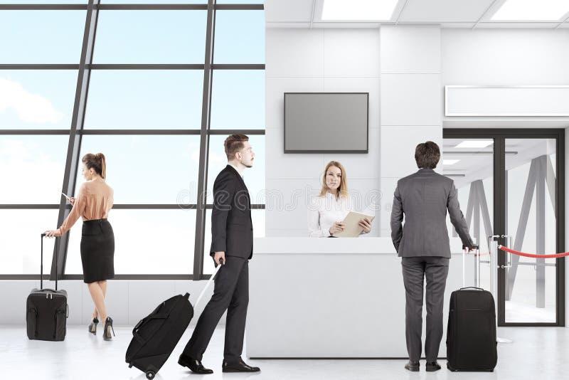 Männer und Frauen im Flughafen lizenzfreie stockfotografie