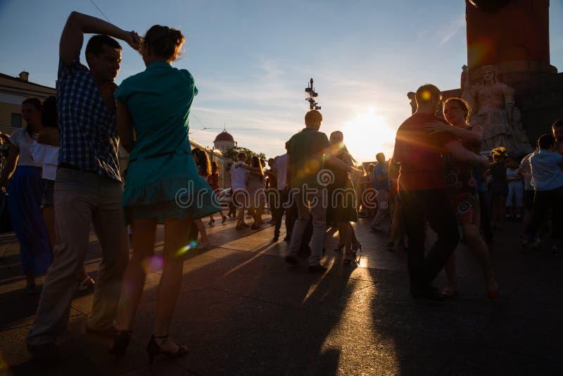 Männer und Frauen tanzen zur lateinischen Musik auf Vasilyevsky Island herein lizenzfreie stockfotografie