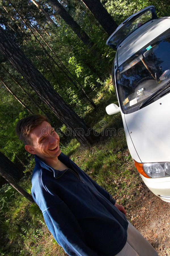 Männer und weißes Auto. lizenzfreie stockfotos