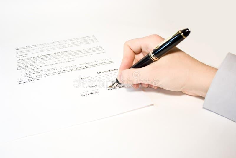 Männer unterzeichnen Vertrag lizenzfreie stockfotos