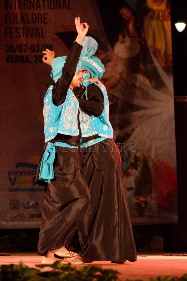 Männer von Indien-Tanzen auf Stadium lizenzfreies stockfoto
